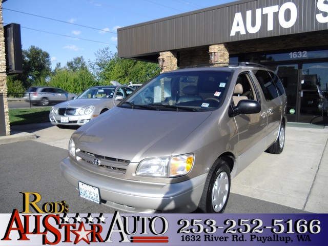 2000 Toyota Sienna XLE Aside from its reliability quality and high resale value this 2000 Toyot