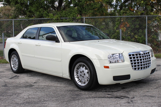 2005 Chrysler 300  WARRANTY 2 OWNERS 3 SERVICE RECORDS FLORIDA VEHICLE TRADES WELCOME