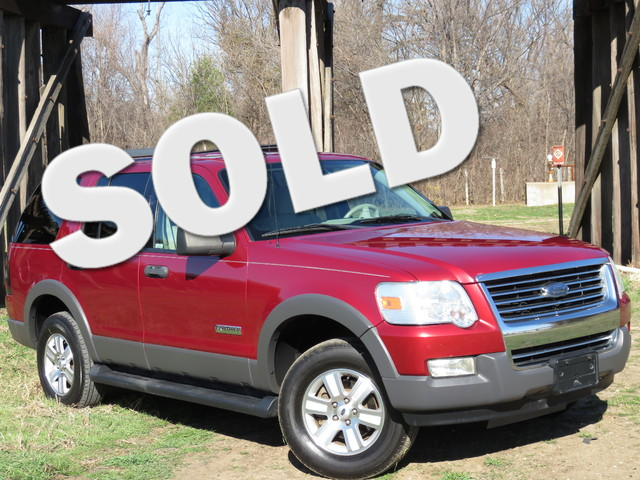2006 Ford Explorer XLT 4x4 CLEAN CARFAX 4X4 XLT PACKAGE THRID ROW GOOD MILES Equipped with 6