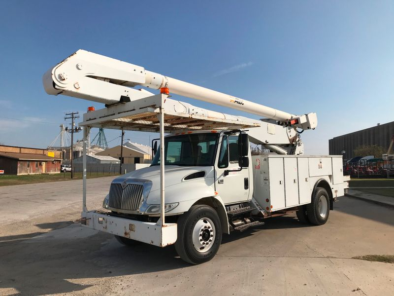 2006 International 4300 BUCKET TRUCK   city TX  North Texas Equipment  in Fort Worth, TX