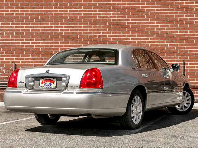 2006 Lincoln Town Car Signature Limited Burbank, CA 3