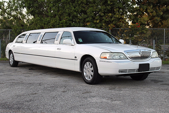 2006 Lincoln Town Car Executive wLimousine Pkg  WARRANTY CARFAX CERTIFIED AUTOCHECK CERTIFIE