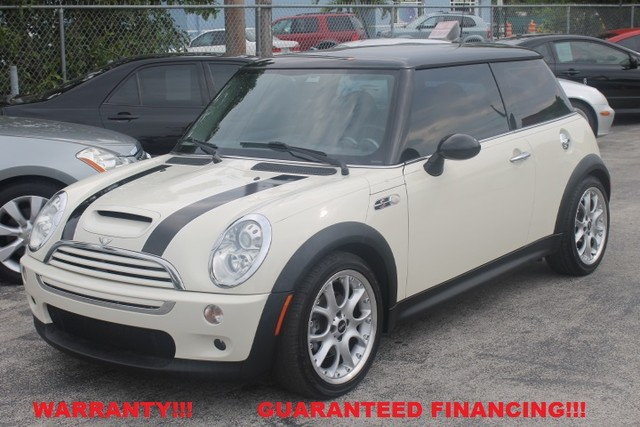 2006 MINI Hardtop S  WARRANTY CARFAX CERTIFIED FLORIDA VEHICLE   This 2006 Mini Cooper S