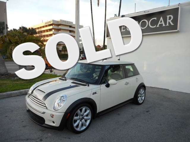 2006 MINI Hardtop S There is no better time than now to buy this terrific 2006 MINI COOPER HARTOP S