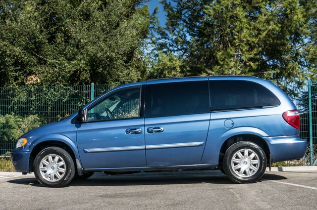 2007 Chrysler Town & Country Touring - AUTO - 99K MILES - ALLOY WHLS Reseda, CA 4