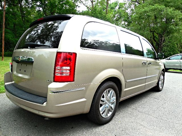 2008 Chrysler Town & Country Limited Leesburg, Virginia 4