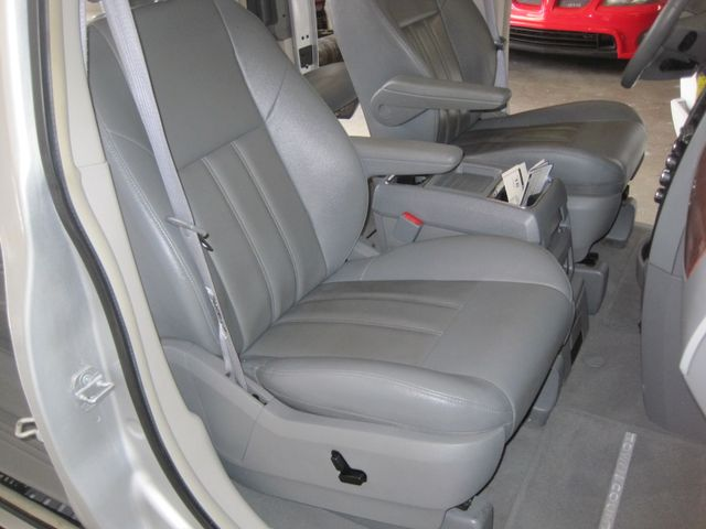 2008 Chrysler Town & Country Touring, Leather, Quads, pwr/doors/liftgate, Low Miles Plano, Texas 17