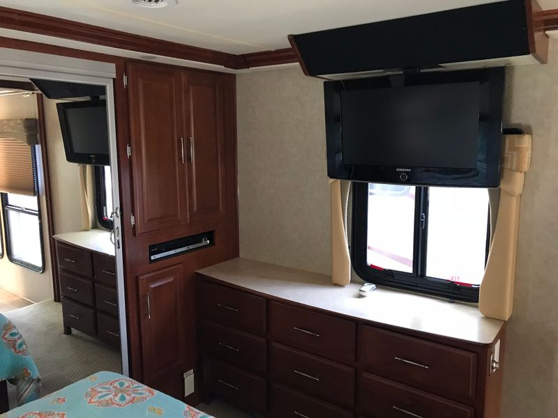 2008 Fleetwood Discovery 40x 3 Slides LOADED  city FL  Manatee RV  in Palmetto, FL