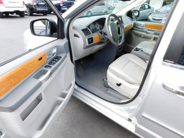 2010 Chrysler Town & Country Limited Ephrata, PA 10