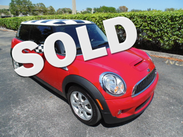 2010 MINI Hardtop S Calling all enthusiasts for this stunning and seductive 2010 MINI Cooper Har