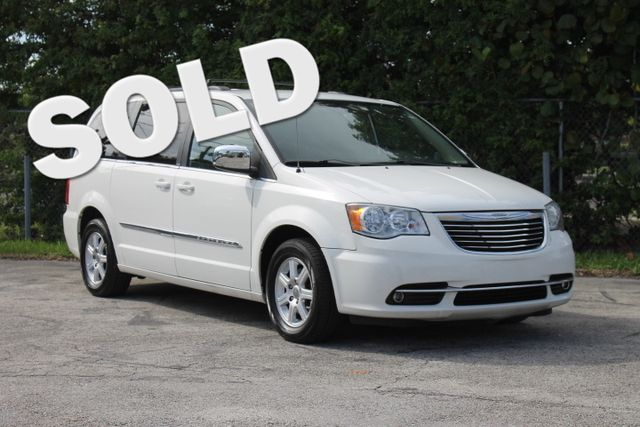 2011 Chrysler Town  Country Touring-L  WARRANTY CARFAX CERTIFIED 6 SERVICE RECORDS FLORIDA