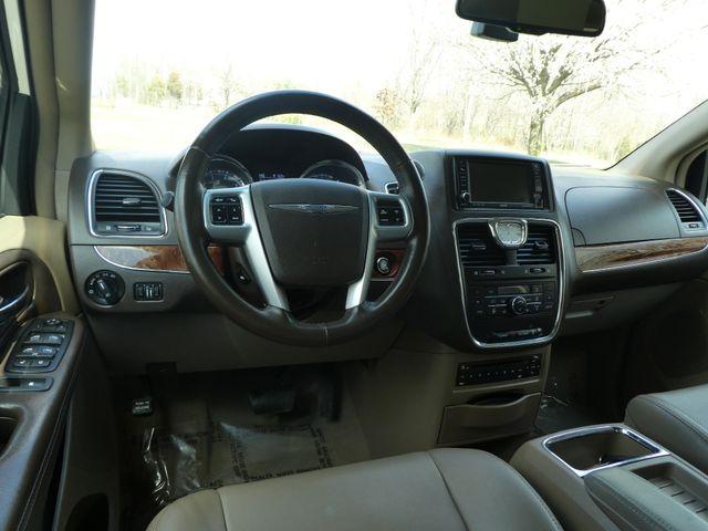 2011 Chrysler Town & Country Touring-L Leesburg, Virginia 18