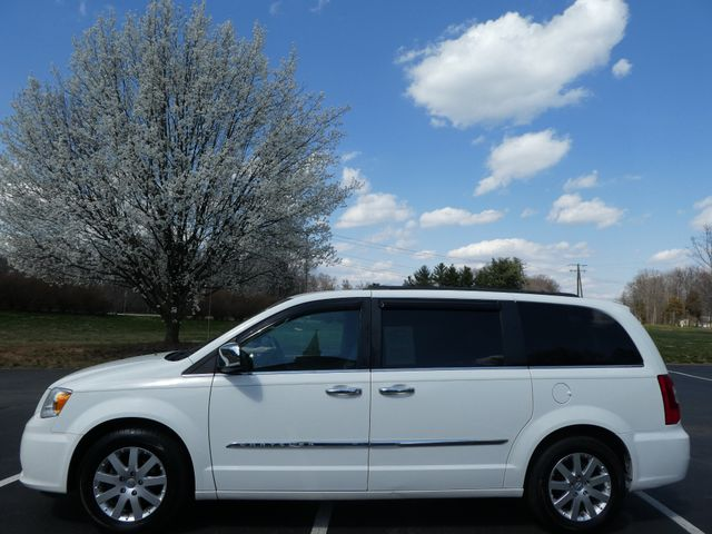 2011 Chrysler Town & Country Touring-L Leesburg, Virginia 4