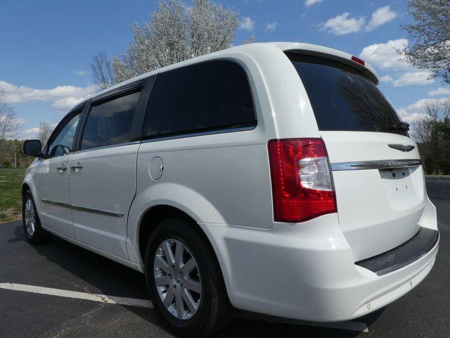 2011 Chrysler Town & Country Touring-L Leesburg, Virginia 3