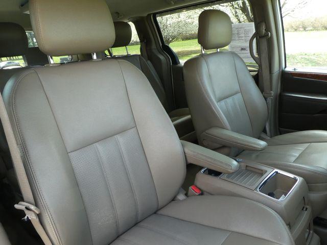 2011 Chrysler Town & Country Touring-L Leesburg, Virginia 9