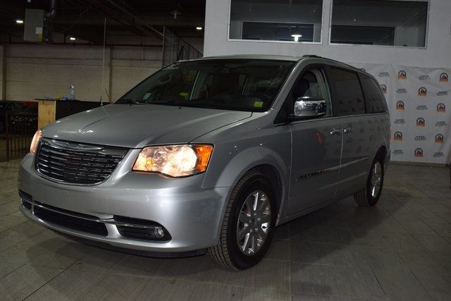 2011 Chrysler Town & Country Touring-L Richmond Hill, New York 5