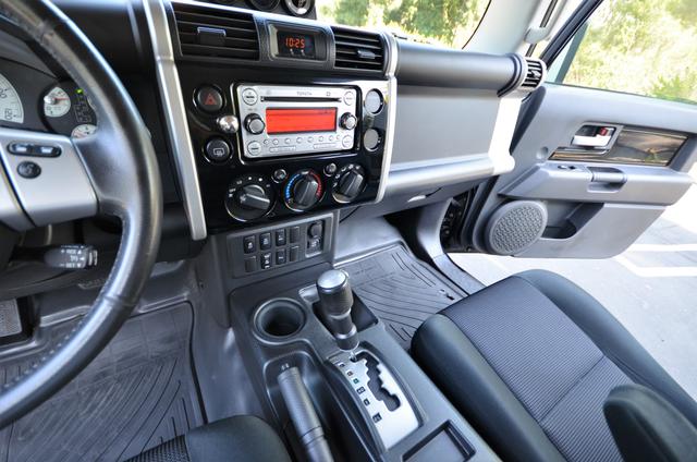 2011 Toyota FJ Cruiser Reseda, CA 38
