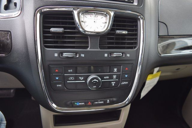 2014 Chrysler Town & Country Touring Richmond Hill, New York 16