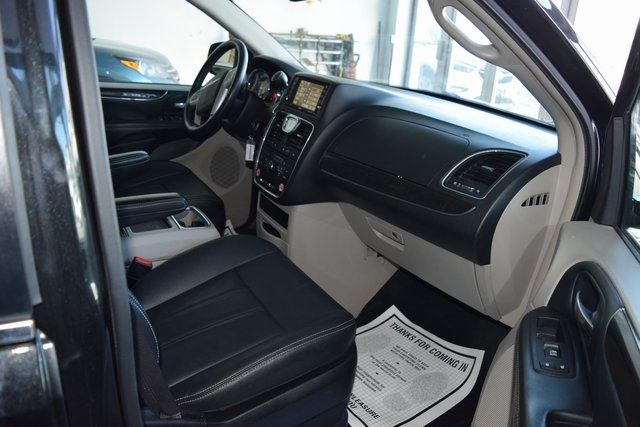 2016 Chrysler Town & Country Touring Richmond Hill, New York 13