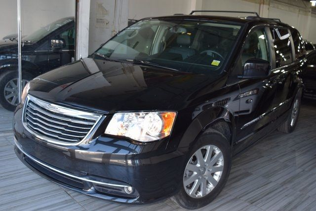 2016 Chrysler Town & Country Touring Richmond Hill, New York 2
