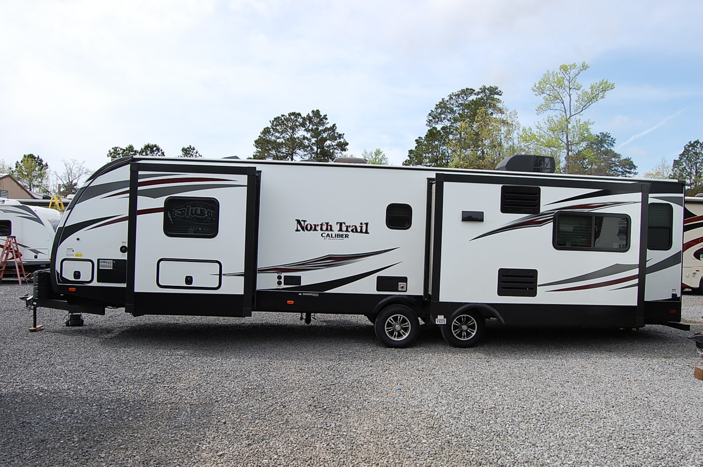 Original 2017 Heartland NORTH TRAIL 32RETS CALIBER EDITION REAR LIVING2 ACS